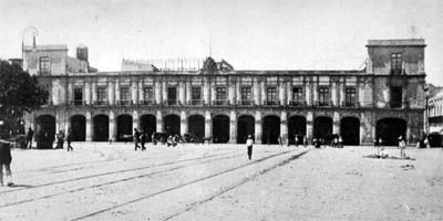 Edificio público con portales, fachada