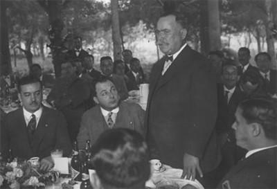Alvaro Obregón pronuncia discurso durante banquete