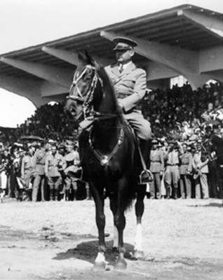 Abelardo L. Rodriguez a caballo en Balbuena, durante una ceremonia