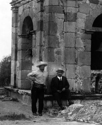 Francisco Villa y Elías Torres junto a la torre de la iglesia de Canutillo