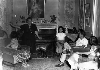 Luz Corral conversa con adolescentes en una sala