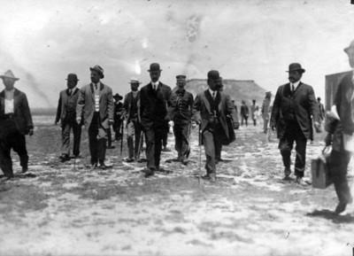 Francisco I. Madero y funcionarios avanzan por un camino