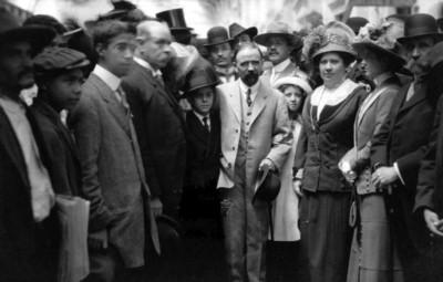 Francisco I. Madero rodeado de personas en una calle