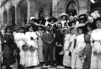 Francisco I. Madero y José María Pino Suárez acompañados de señoritas