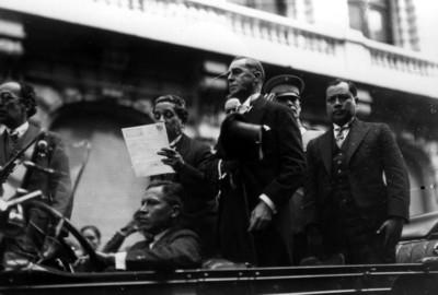 Alfonso Pruneda dá lectura al bando que declara presidente a Ortiz Rubio
