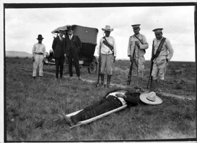Soldados observan cadáver de revolucionario