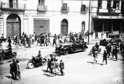 Diplomáticos abordo de autómovil pasan por una calle