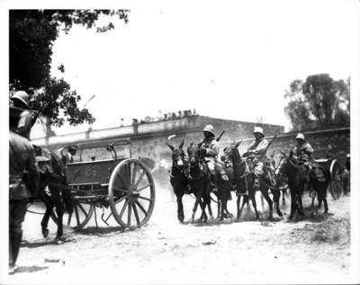 Soldados a caballo transitan por un camino