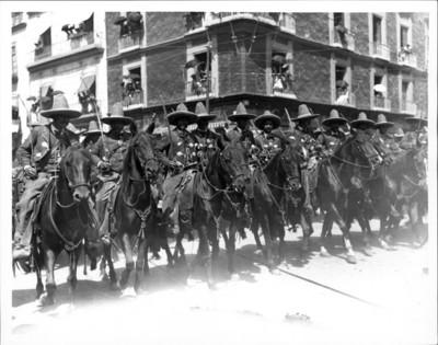 Rurales a caballo desfilan durante el aniversario de la Independencia