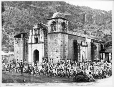 Soldados Federales acampan en el atrio de la iglesia de Ixtlán
