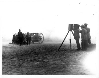 Fotógrafos retratan a soldados con artillería