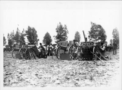 Soldados federales preparan cañones para atacar