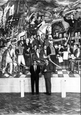 """Juan O'Gorman al frente de su mural """"La Independencia Nacional"""""""