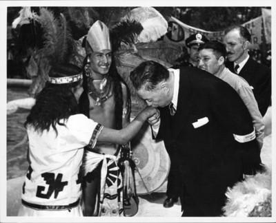 Diego Rivera besa la mano a una mujer danzante