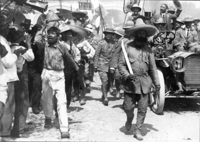 Francisco I. Madero abordo de automóvil al llegar a Cuernavaca