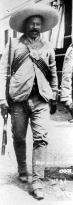 Francisco Villa porta un rifle, retrato