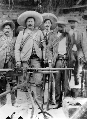 Francisco Villa y revolucionarios junto a una ametralladora, retrato de grupo