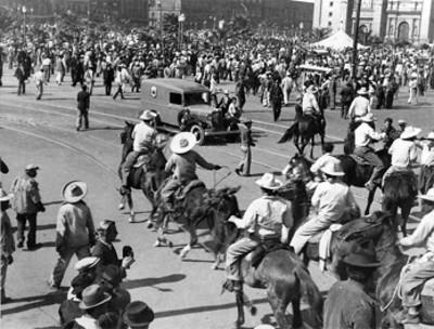 Los Dorados atacan a los obreros/comunistas en la plaza de la Constitución
