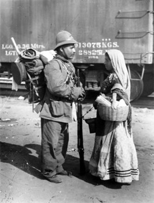 Soldado conversa con una mujer cerca de un ferrocarril