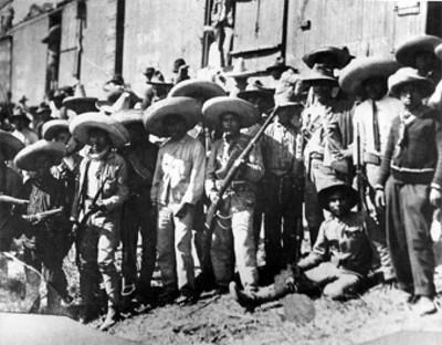 Ambrosio Figueroa y su ejército al lado de un vagón