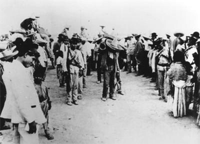 Revolucionarios cargan piezas de artillería