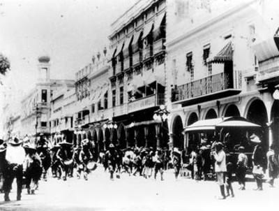 Banda de guerra revolucionaria al pasar por una calle