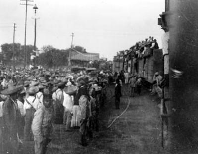 Aglomeración en una estación durante la llegada de un tren