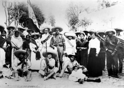 Revolucionarios y soldaderas en un campo, retrato de grupo