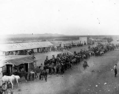 Fuerzas de la División del Norte a caballo en la población de Ramos Arizpe