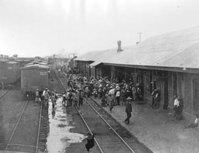 Villistas esperan el tren en la estación de Jiménez, Chihuahua