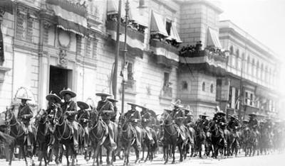 """Cuerpo de """"rurales"""" a caballo desfilan frente a Palacio Nacional"""