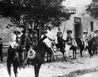 Zapatistas a caballo en una calle