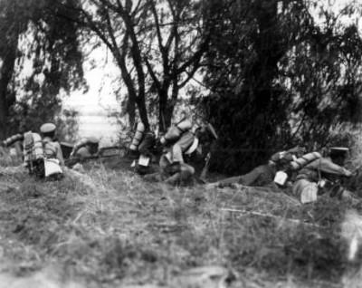 Soldados federales combatiendo con los revolucionarios