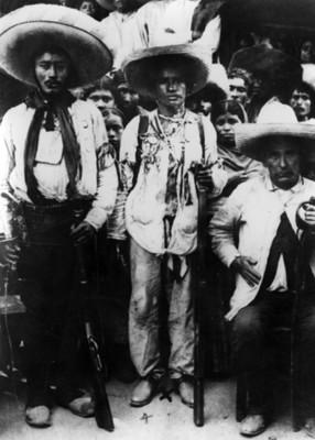 Carmen Robles y otros revolucionarios zapatistas, retrato de grupo
