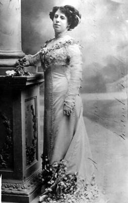 Victoria Arrieta en un estudio fotográfico, retrato