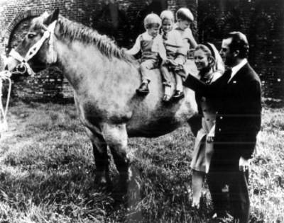 Alberto de Lieja y Paola con sus hijos a caballo