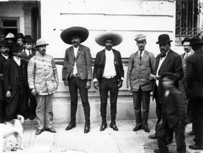 Emiliano y Eufemio Zapata acompañados por hombres