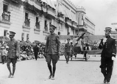 """""""Villasana, Proal y Salvador Noble"""" durante desfile militar"""