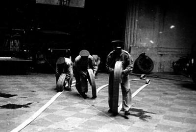 Bomberos enrollan mangueras en una estación