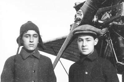 Juan Pablo y Eduardo Aldasoro, cerca de un avión Huntingtón, retrato