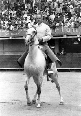 Maximino Ávila Camacho a caballo, en una plaza de toros