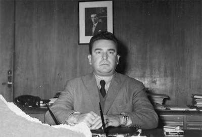 """""""Lic. Roberto Amoros"""" en un escritorio, retrato"""