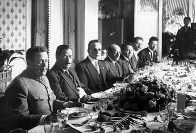 Banquete ofrecido al Gral. Salvador Alvarado por los grales. Benjamín Hill, Eduardo Hay, señores Méndez, Elizaldi y otros