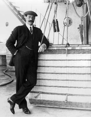 Alberto Braniff junto a globo aerostático
