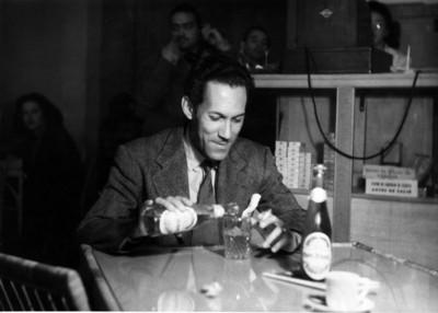 """""""Gonzalo Curiel"""" toma refresco en un restaurante, retrato"""