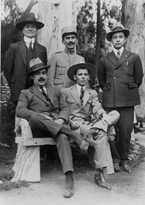 """""""F. Carrillo Puerto, gral. José Domingo Garrido, Prieto Lemus, gral. Enrique Estada [y el] gral. Jesús M. Garza"""", retrato de grupo"""