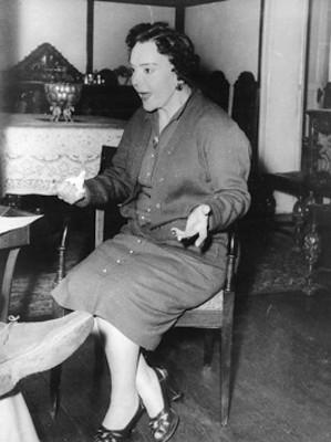 """""""María Conesa"""" sentada en una silla, retrato"""