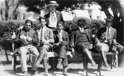Agustín Casasola, Enrique Sánchez y otros hombres en un parque, retrato de grupo