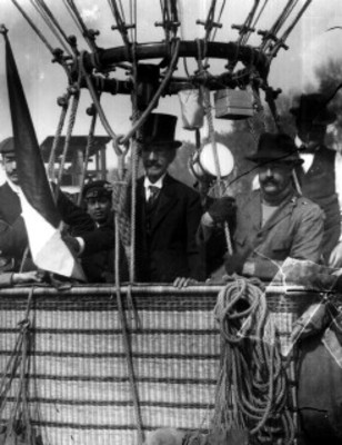 Alberto Braniff y Joaquin de la Cantolla y Rico en un globo aerostático