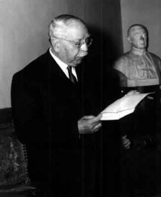 Alberto María Carreño lee documento en un estudio